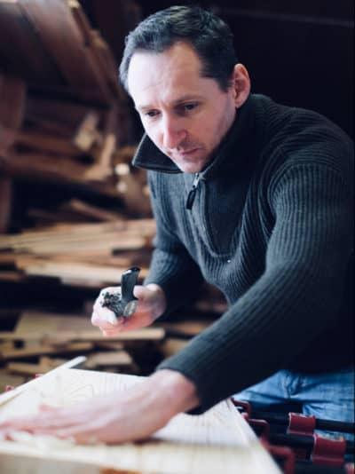 Hyttesagas teknikk består av flere teknikker som intarsia og treskjæring,